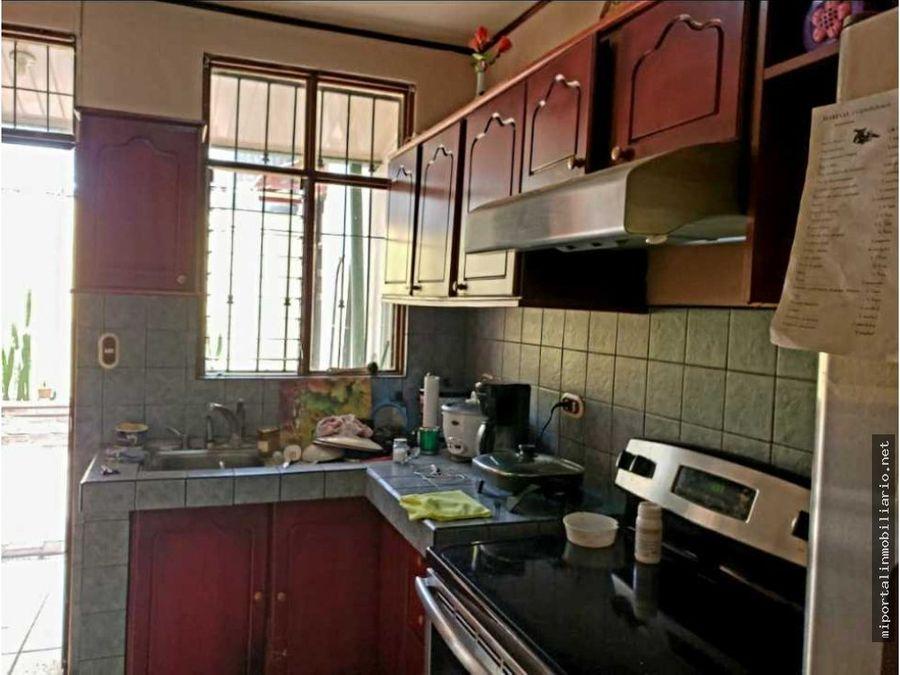 propiedad con cinco apartamentos con uso de suelo comercial