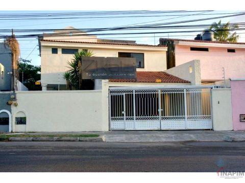 renta casa de dos pisos sobre avenida