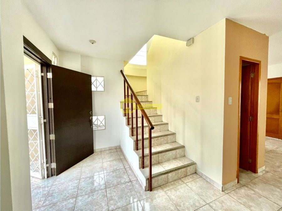 se alquila linda casa en urbanizacion privada