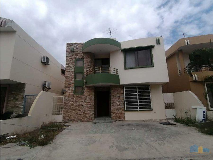 se vende casa en urbanizacion al sur de manta