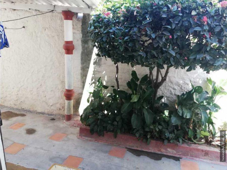 vendo amplia casa en el barrio las delicias