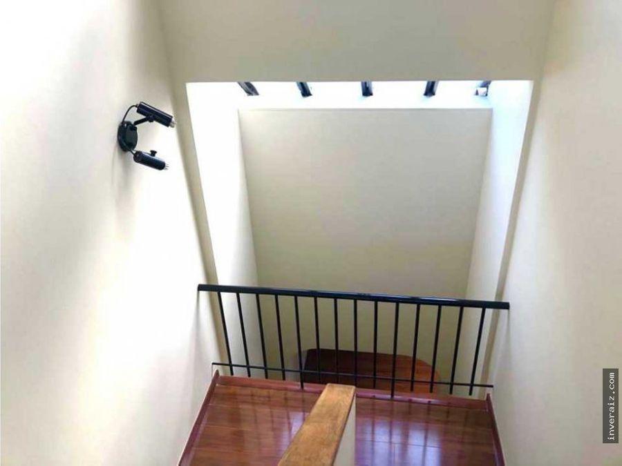 vendo casa de 3 niveles en santa paula yg