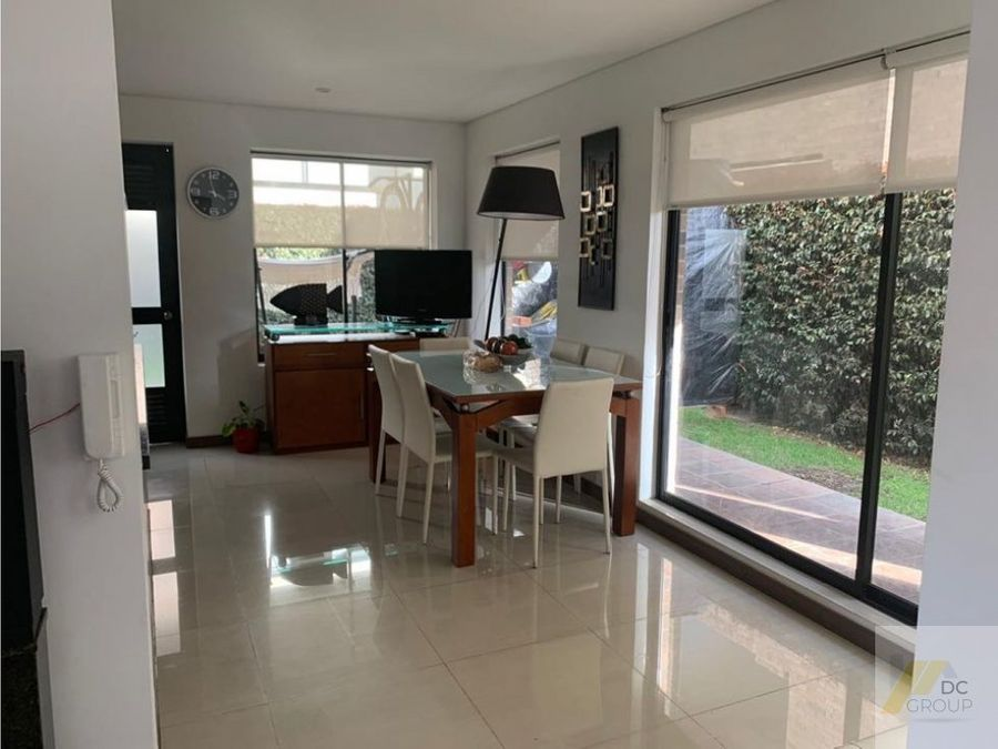 vendo linda casa con zona verde privada