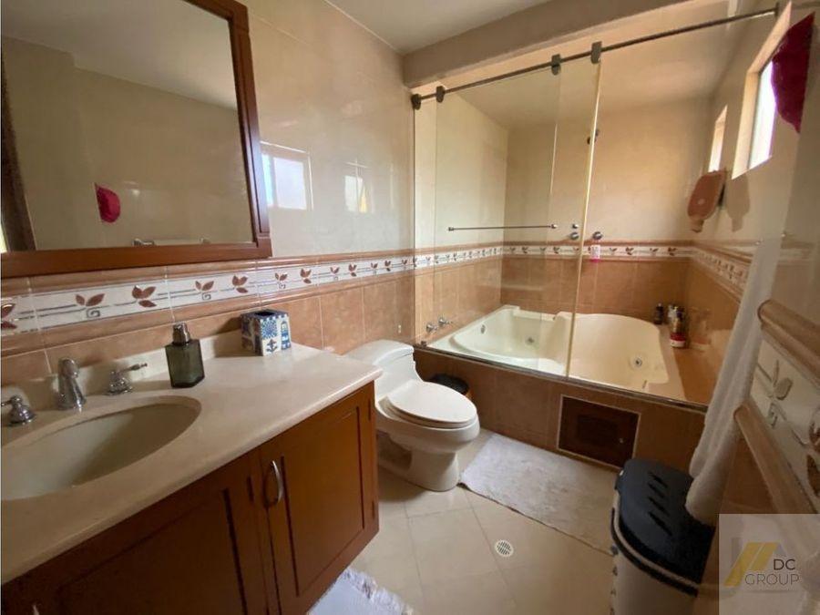 vendo linda casa amplia con alcoba en primer piso