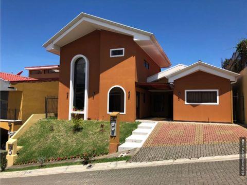 2 casas en venta por el precio de 1