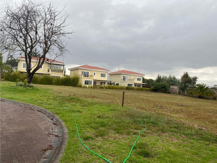 c terreno 1900 m2 dentro de urbanizacion puembo en venta
