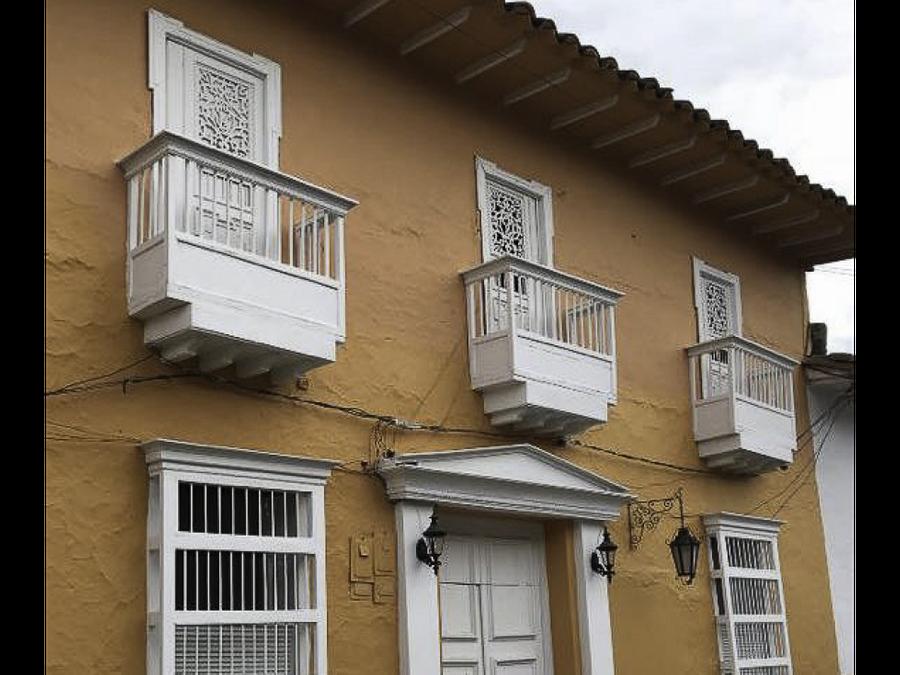 se vende casa central en santa fe de antioquia apta para hostal