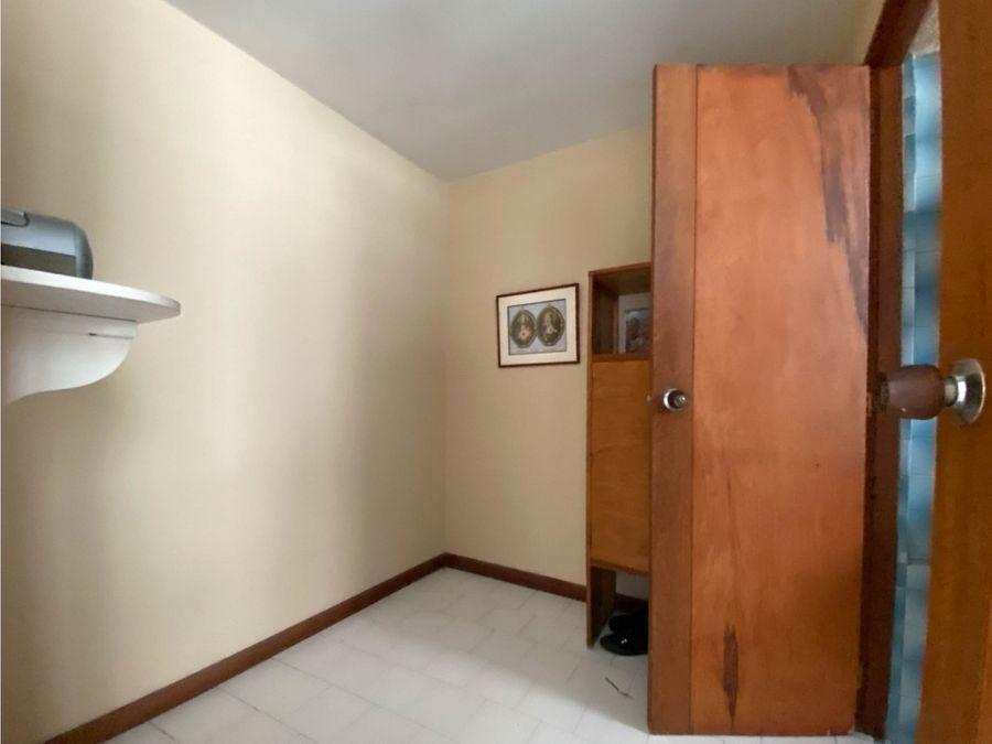 amplio apartamento en el barrio conquistadores para remodelar