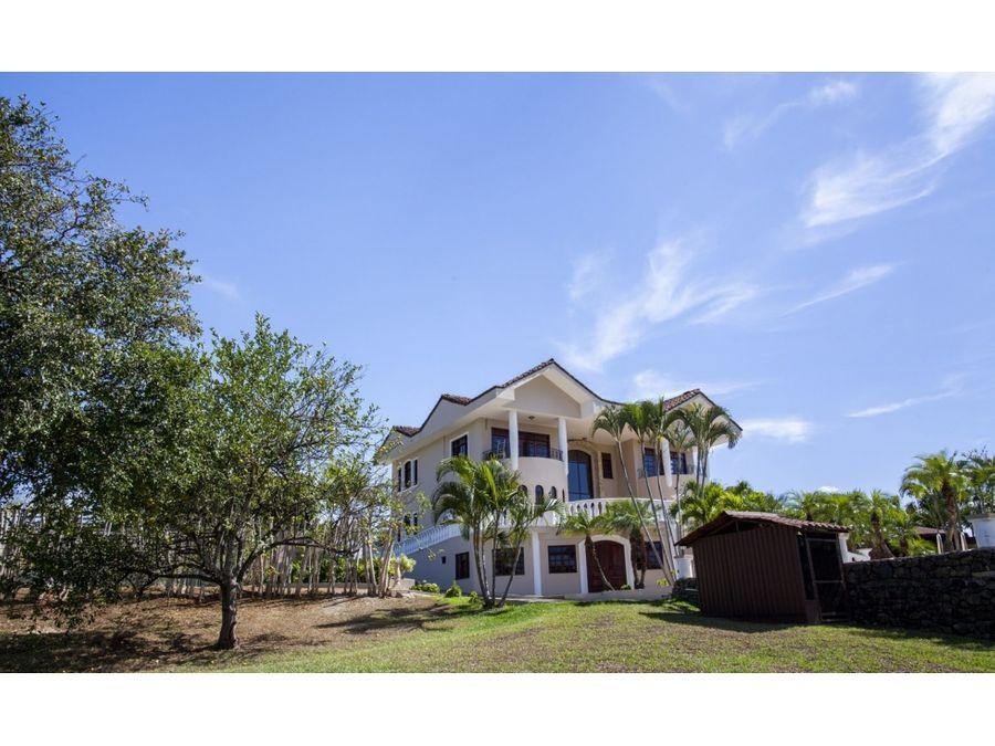 casa en venta moderna con amplios jardines y piscina atenas