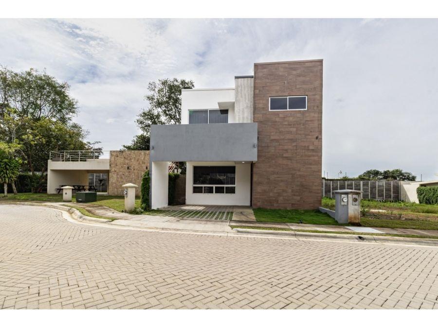 se vende moderna casa en condominio santa emilia alajuela