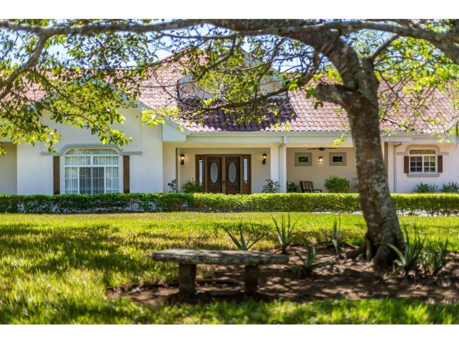 casa distinguida con jardines y vistas espectaculares
