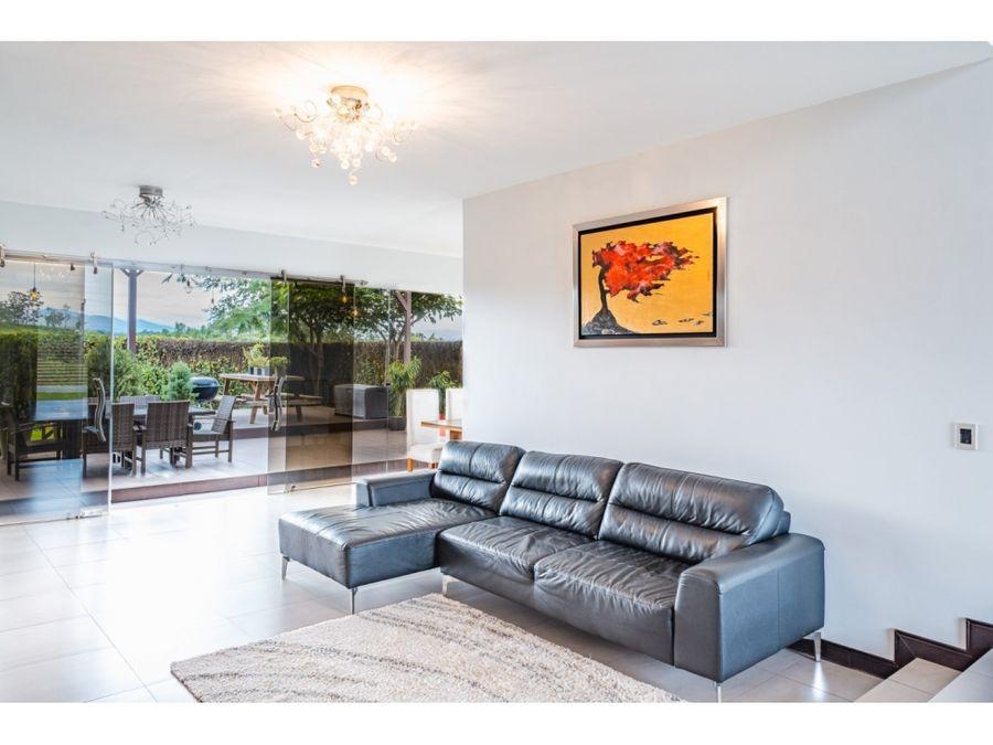 casa contemporania de un nivel en condominio