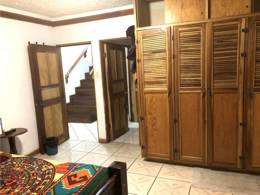 una casa espaciosa y segura en las faldas de la montana