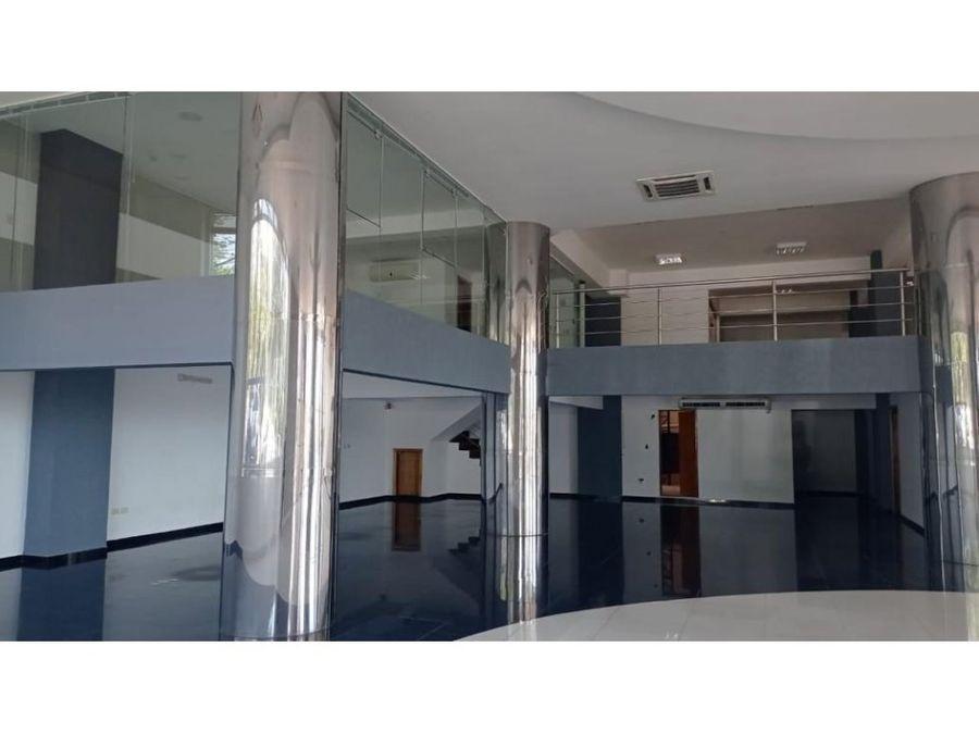alquilo show room de 604m2 en centro de cde