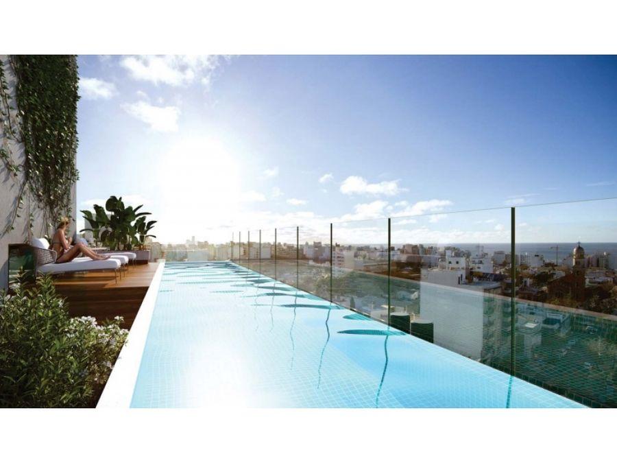 un dormitorio en punta carretas con patio piscina con vista al mar