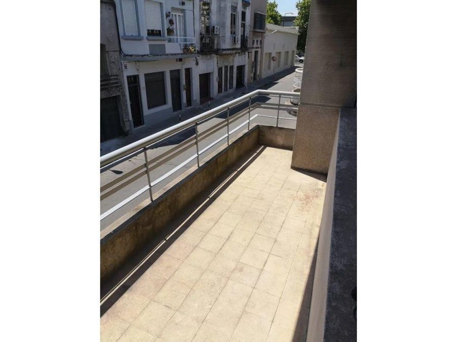 aguada amplia casa de altos con balcon