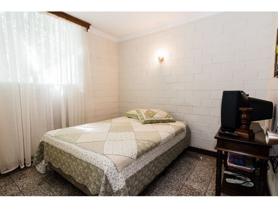 casa de un nivel en venta con doble terreno en villas club z 8 mixco