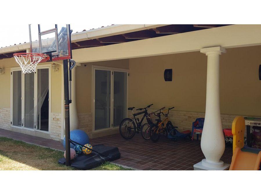 hermosa casa ubicada en calle cerrada en la tahona