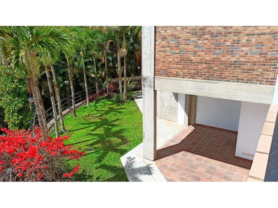 bella casa en la lagunita en calle cerrada con amplios jardines