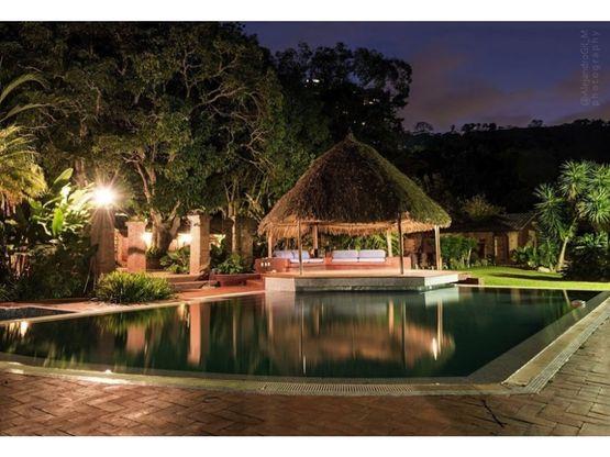 magica hacienda con piscina y caballerizas