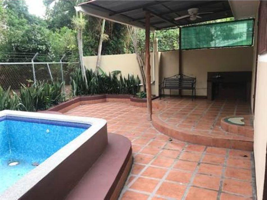 casa con piscina en area tranquila de atenas