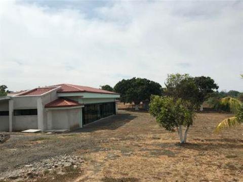 grande propiedad con 2 casas oficentro