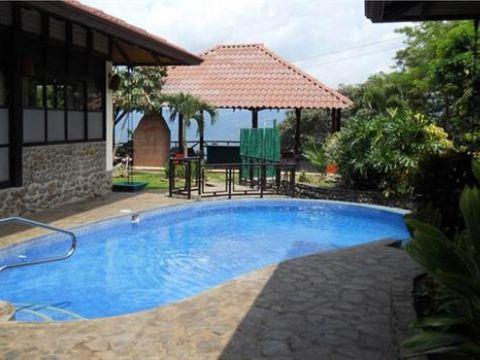 grande casa en residencial picaflora de atenas