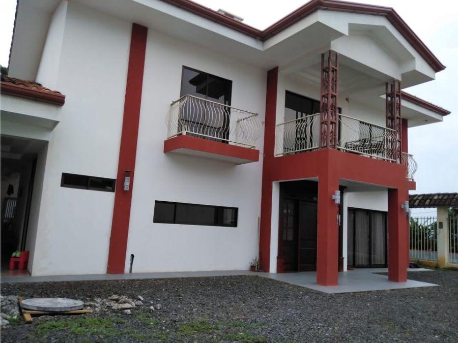 grande casa con acabados modernos