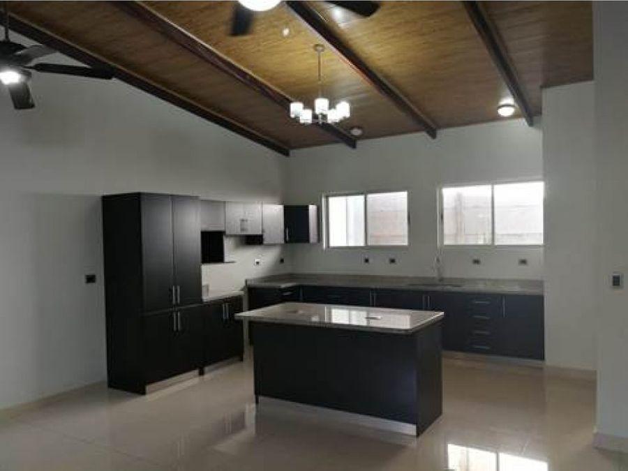 casa se alquila 700 con opcion de venta 150000