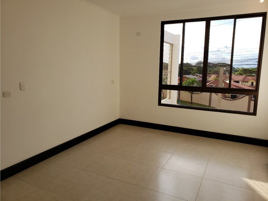 se alquila apartamento en pozos muy iluminado y excelente ubicacion