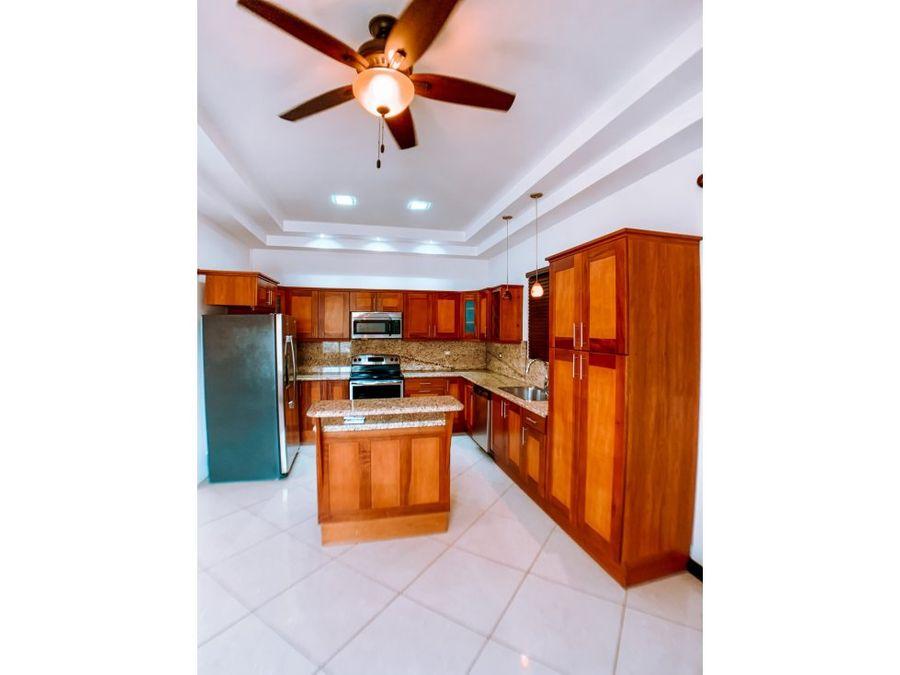 hermosa casa en condominio en liberia