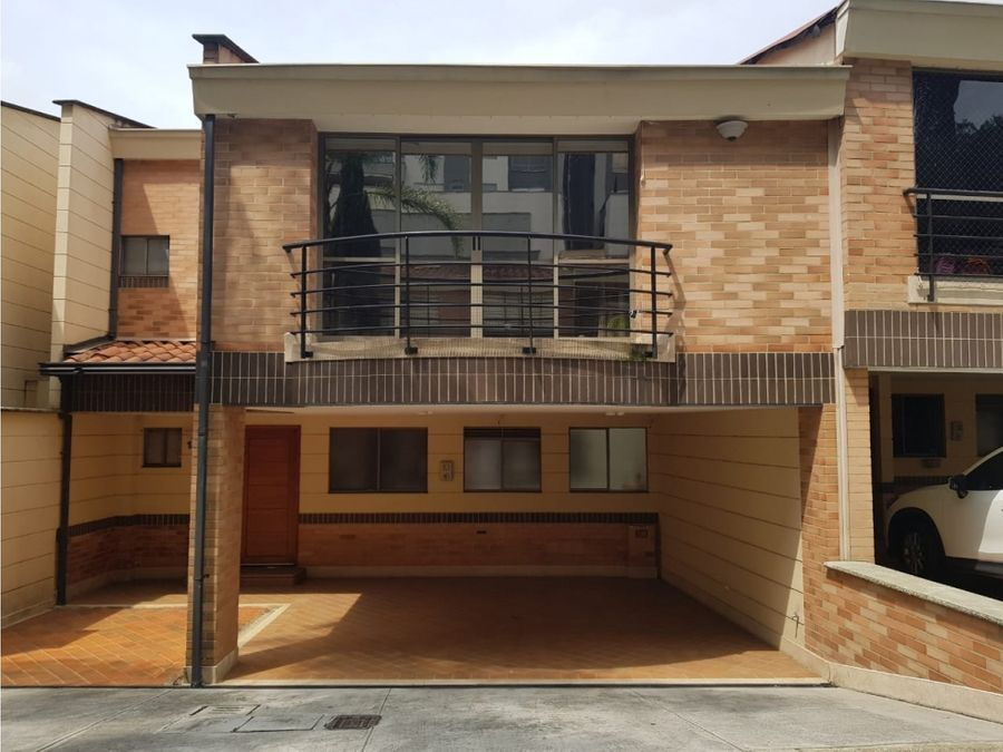 venta casa unifamiliar 2 niveles en benedictinos envigado
