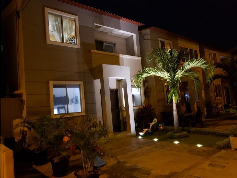 en venta casa 2 pisos urb sambocity casa laguna