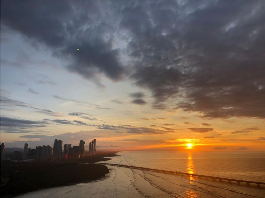 icon tower piso alto con vista al mar