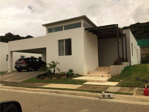 hermosa casa estilo moderno santa ana 1027