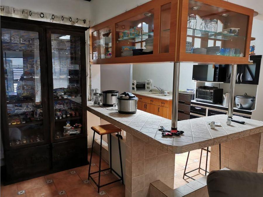 linda y amplia casa en rohrmoser v0396