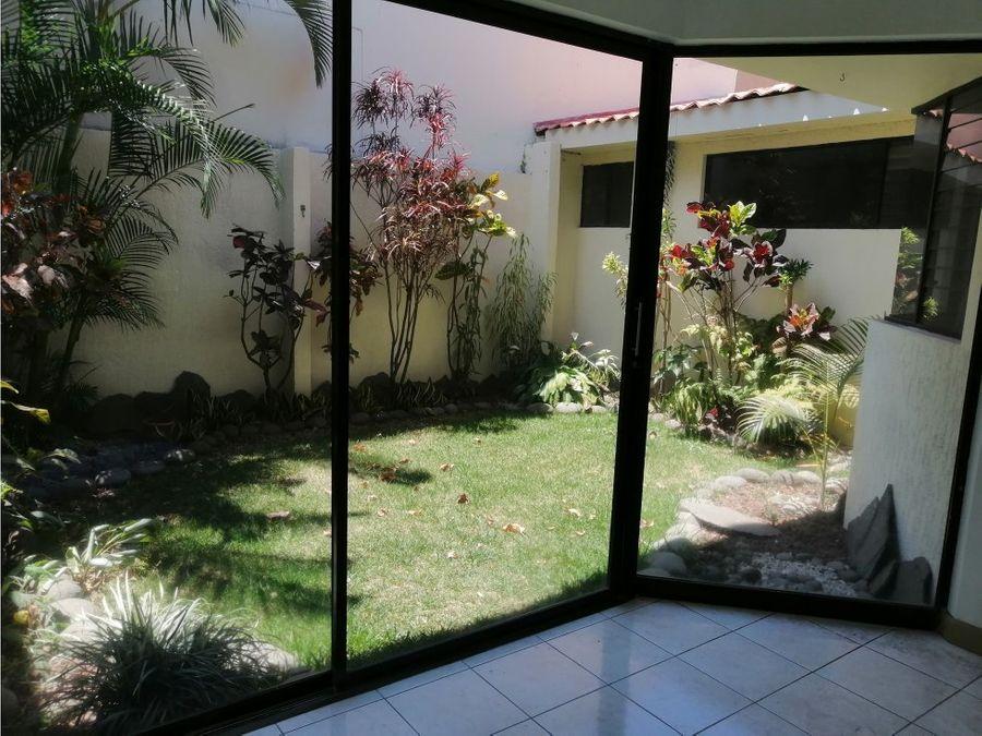 casa en escazu amplia con bello jardin a0950