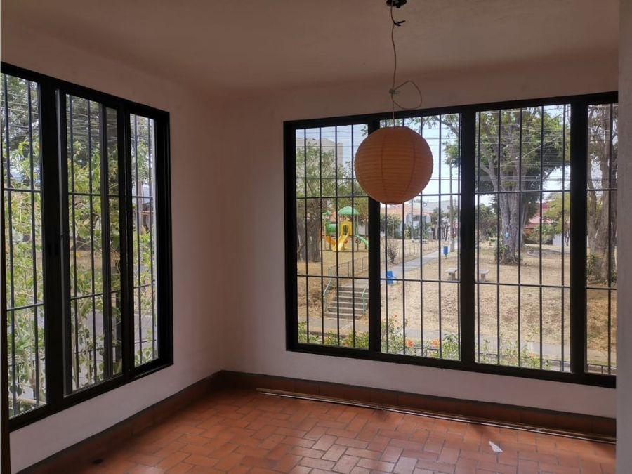 casa en rohrmoser amplia con piscina a0983