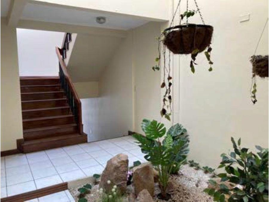 casa en rohrmoser amplia con jardin a1173