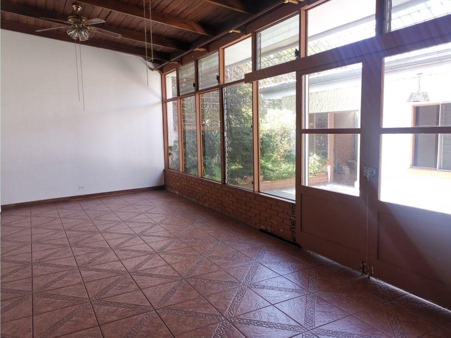 casa en sabana muy amplia e independiente v0295