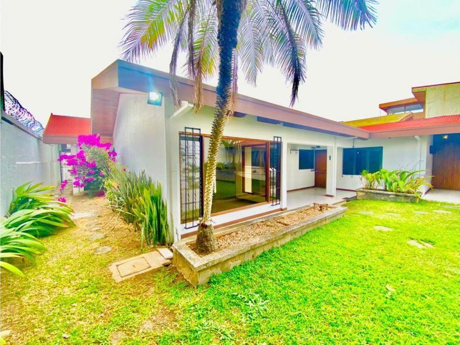 casa en rohrmoser espectacular con jardin amplio v0393