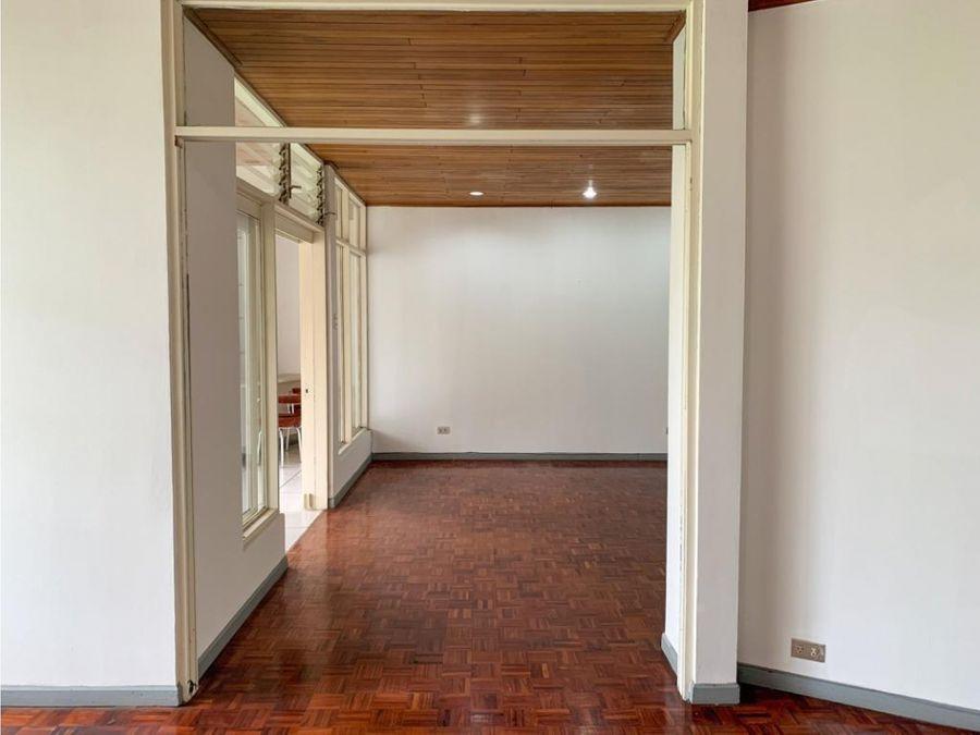 hermosa y amplia casa en rohrmoser v0397
