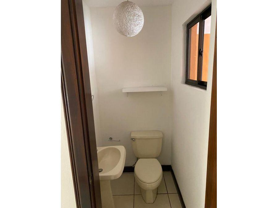 casa en escazu 2 niveles condominio v0395