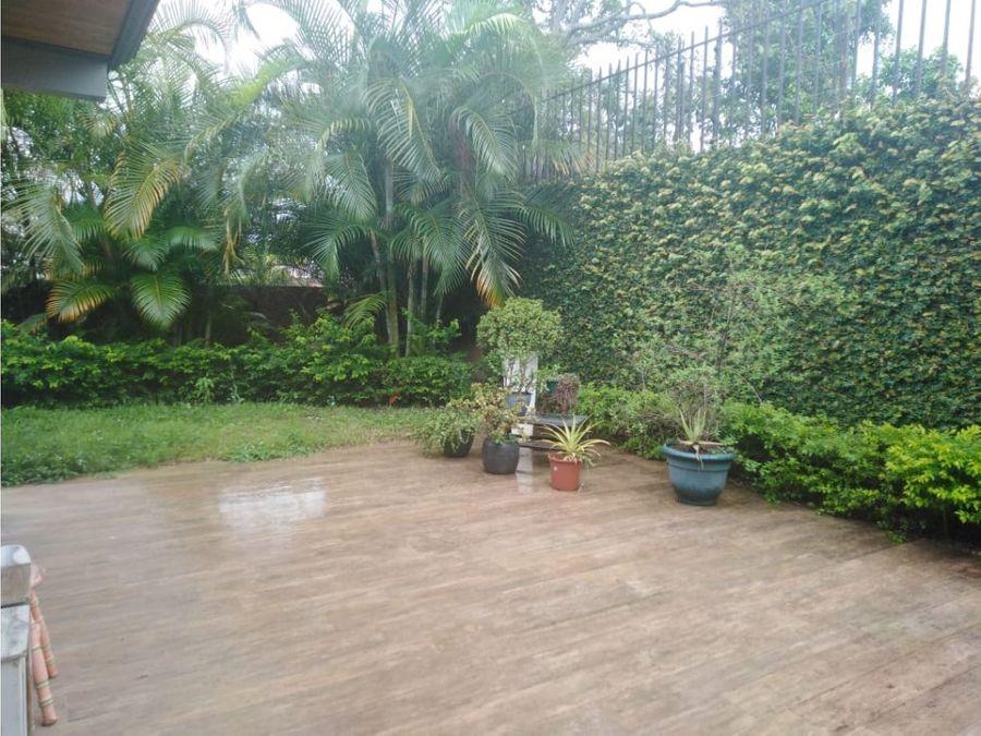 casa en escazu amplio jardin v0190