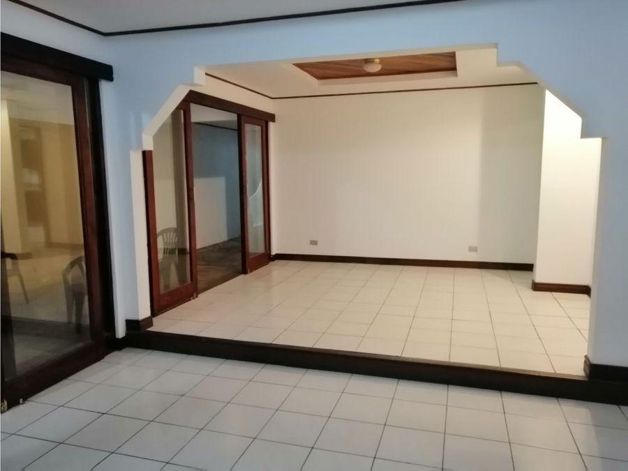 casa en rohrmoser independiente y muy amplia v0299