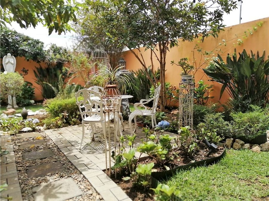 venta casa en desamparados de alajuela con impresionante jardin