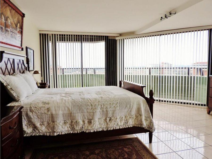 piso alto con balcon
