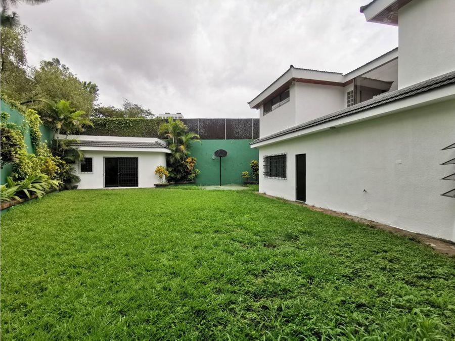 amplia casa dentro de oakland zona 10
