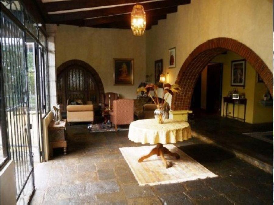 casa de un nivel estilo colonial en curridabat