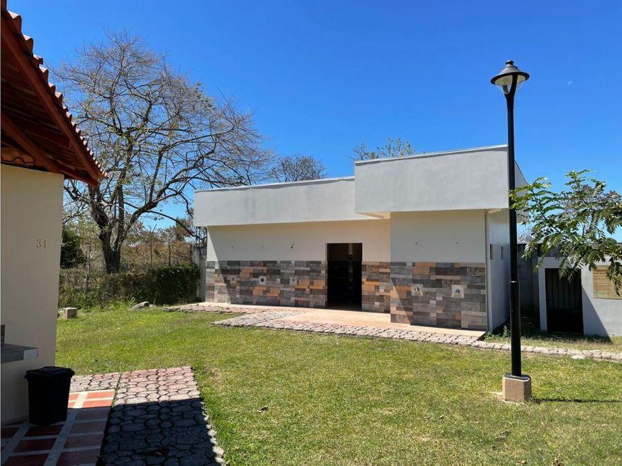 venta de amplia casa con jardin en residencial en alajuela